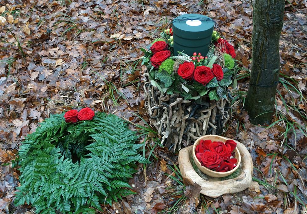 Urne mit Rosen im Wald der Ewigkeit - Naturbestattung GmbH